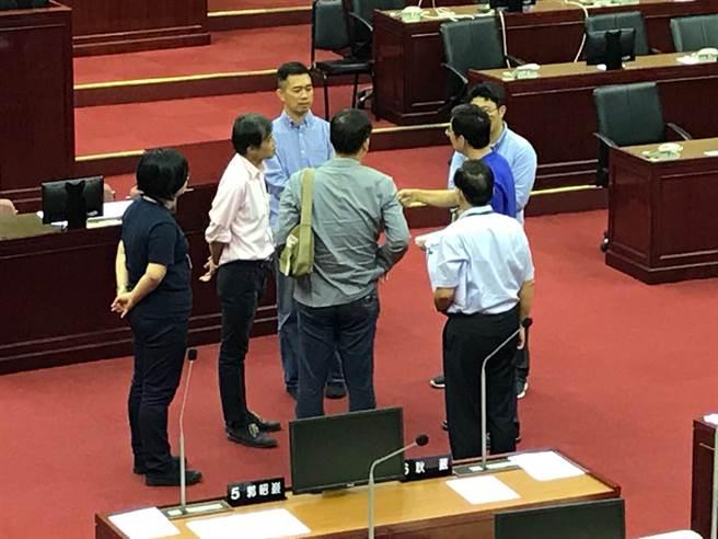 市議員李慶元(右著藍衣者)質詢後與文化局長蔡宗雄(後站立者)討論王大閎作品。(陳俊雄攝)