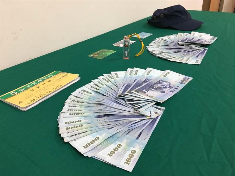 嘉義市警方查獲王嫌身上的的現金及金融卡。(廖素慧攝)