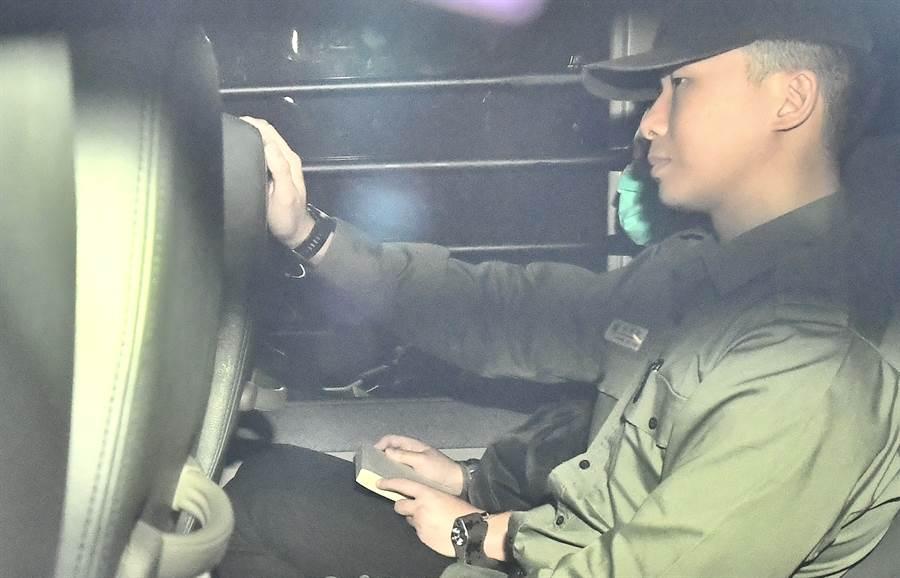 為引渡在台灣殺害香港女友的香港男子陳同佳,是港府修訂逃犯條例的主因,但卻因此引發港人爭取民主自由與雙普選的示威,造成搜送中風波至今已達3個月。圖為陳同佳在港受審還押。(圖/中新社)