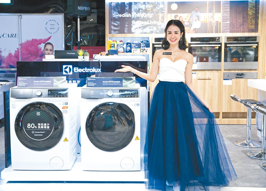 伊萊克斯首進駐台北遠東SOGO忠孝館,藝人雷艾美介紹伊萊克斯全新的Wi-Fi智能洗脫烘衣機。(伊萊克斯提供)