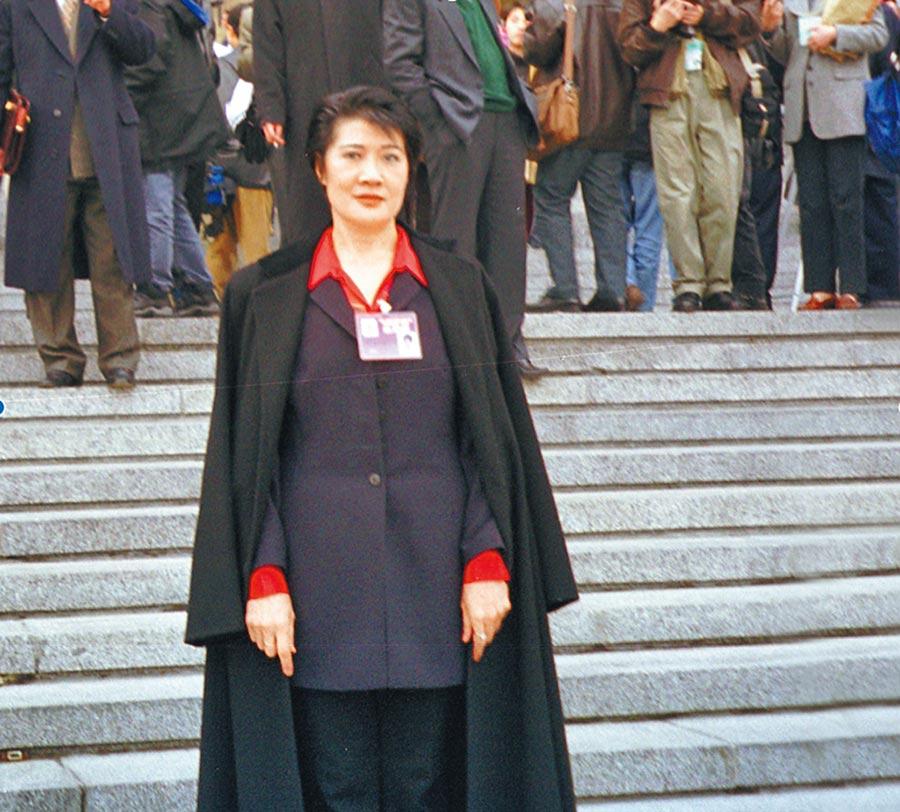 2018年10月27日,大陸全國政協委員黃紫玉在北京人民大會堂前拍照。(新華社)