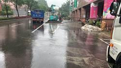 汐止新台五路清晨豪雨狂炸 汽機車陷泥流