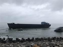 幽靈船擱淺於大溪漁港外海域 拖船緊急救援