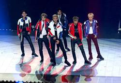 EXO演唱會接力脫 Suho肩、胸、腹全放送