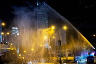 香港示威集會衝突傳槍響 警方發射水炮驅散群眾
