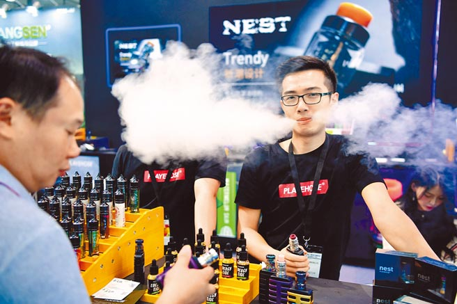 電子煙是新興菸品的一種,業者常以酷炫、結合3C的外型,吸引青少年嘗試。(中新社)(吸菸有礙健康)