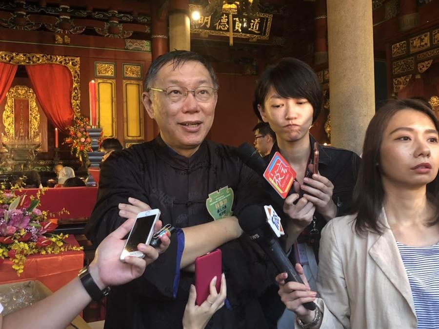 台北市長柯文哲今早出席祭孔大典,台北一整個早上雨勢相當大,柯淋雨將近2小時,受訪時略顯狼狽。(吳堂靖攝)