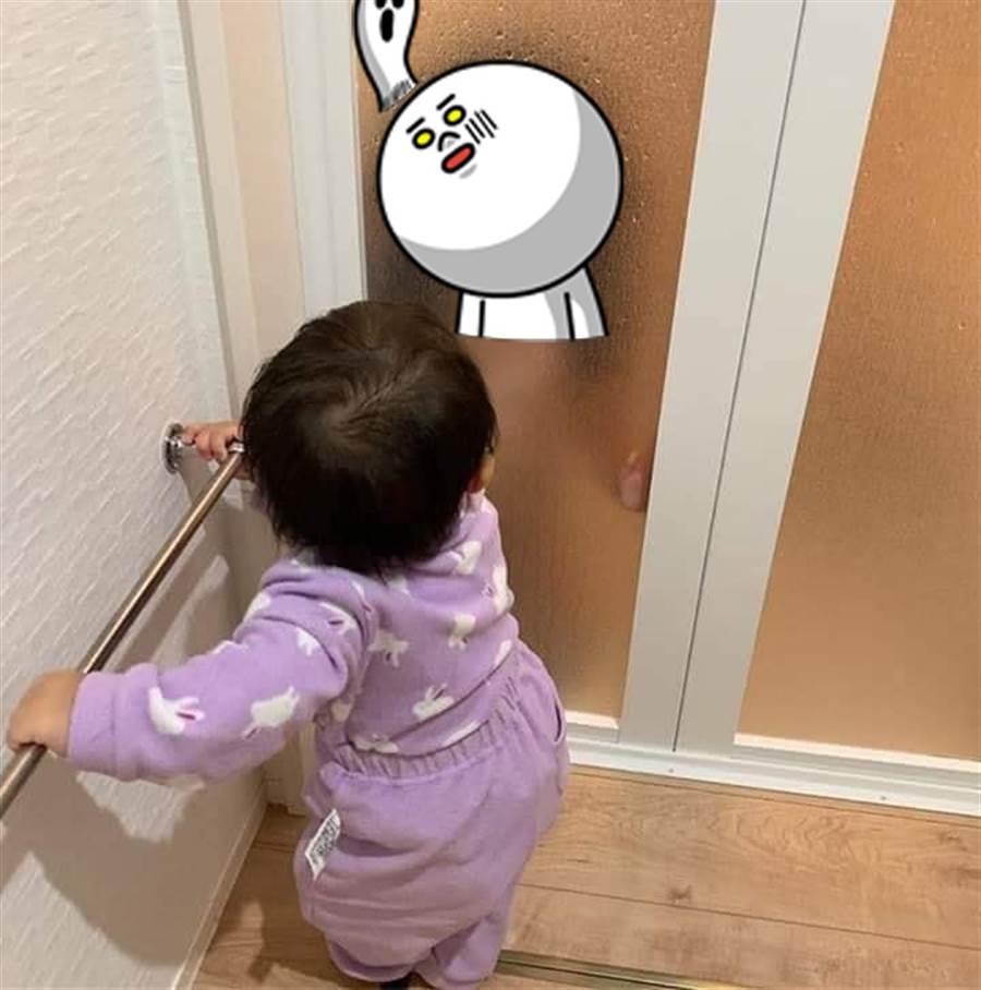 拍小孩背影 玻璃門驚見清晰恐怖人臉(圖片取自/加藤軍台灣粉絲團)