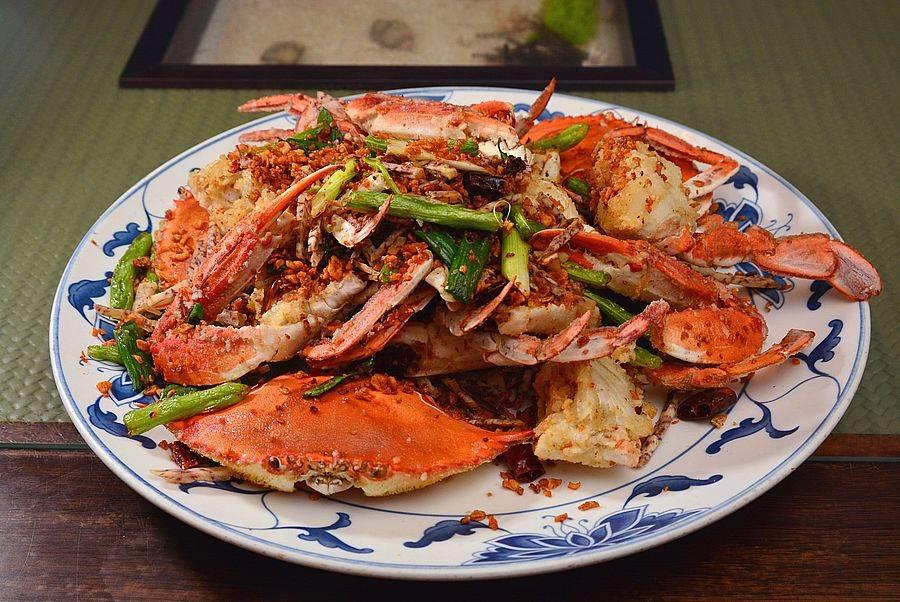 避風塘炒三點蟹,蔬菜酥脆的口感與萬里蟹鮮甜味一同爆發出來。(圖取自新北市漁業處官網)