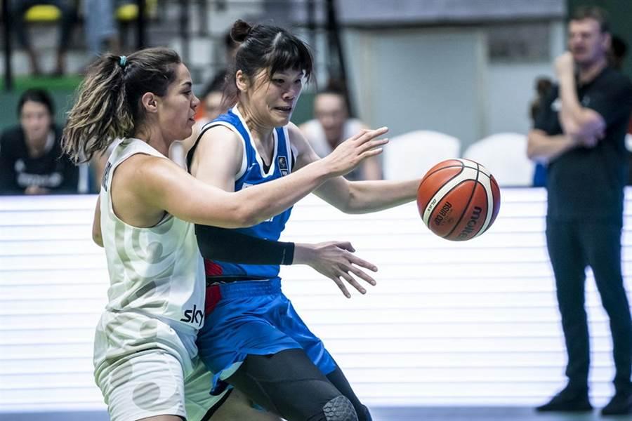 中華隊中鋒蔡佩真面對對方貼身防守,仍然運球尋求突破機會。(摘自FIBA官網)