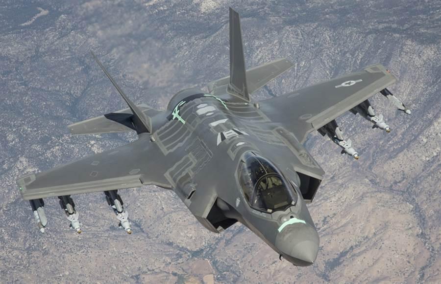 美國空軍F-35戰機進行「自動防撞地系統」(Auto GCAS)測試的資料畫面。(美國空軍)