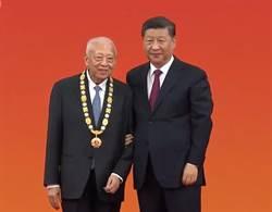 董建華獲頒「一國兩制傑出貢獻者」稱號 與習近平拍照留影