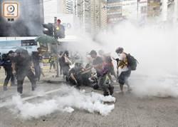 反送中示威者站軒尼詩道 警施放催淚彈