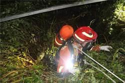 雲南昭通一中學生被困40米洞穴 消防7小時成功救援