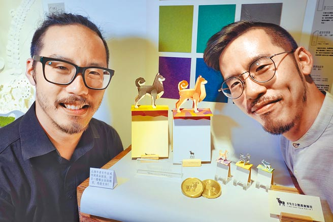 「Pocket Pop-Up Book口袋立體書職人特展」,雙胞胎設計師葉羊(右)、葉禮華(左)出席。(姚志平攝)
