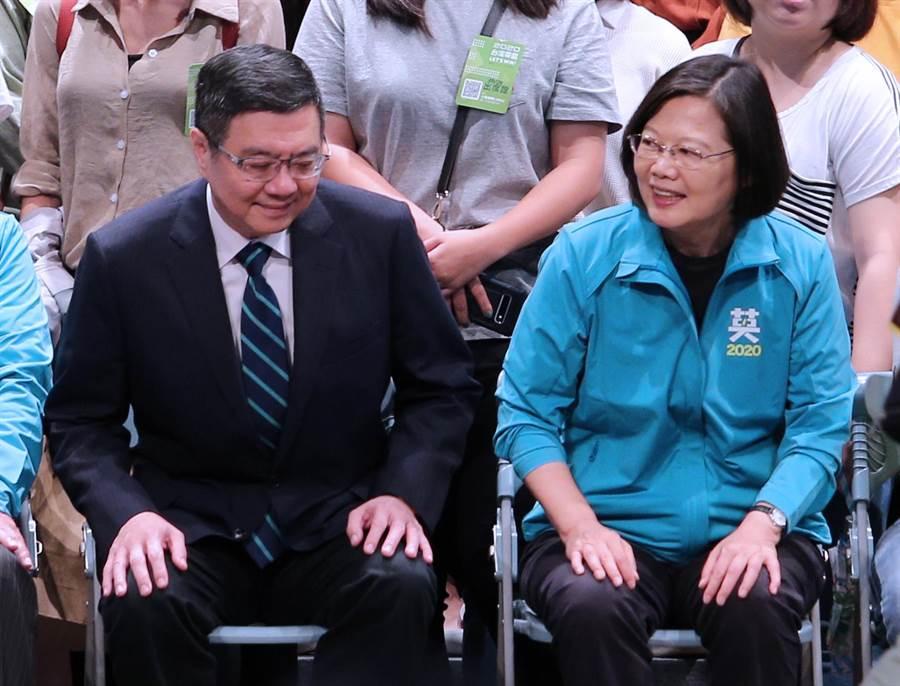 蔡英文總統(右)、民進黨主席卓榮泰(左)一同出席全國護理後援會成立大會。(黃世麒攝)