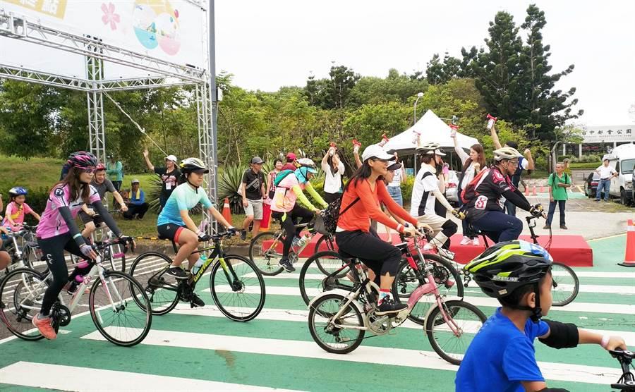 「2019台中自行車嘉年華Bike Taiwan」29日在都會公園開騎,今年首創「輕兩鐵自我挑戰」。(盧金足攝)