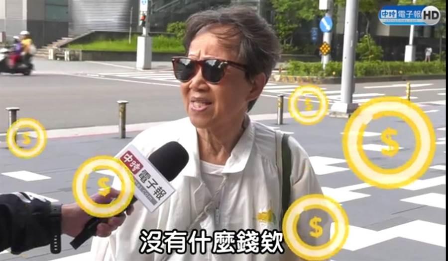 年近70歲婦人高雄在地人,認為韓市長做事快、有效率。(照片/取自《中時電子報》粉絲團)