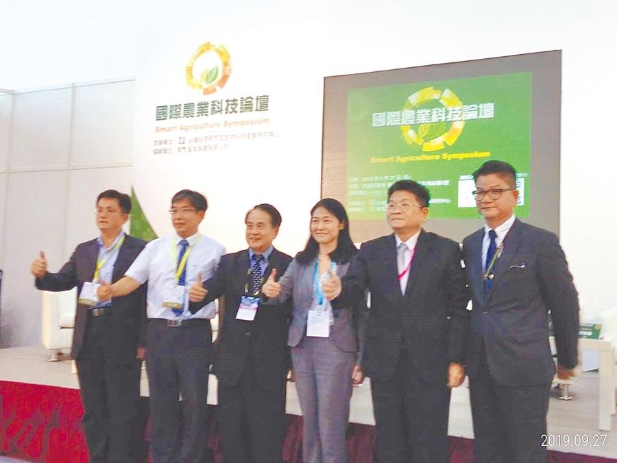 計畫主持人中研院吳金洌客座講座(左三)表示,政府要協助農企業對外行銷與國際接軌,打響農業生技品牌,開拓國外市場。圖/曾小芳