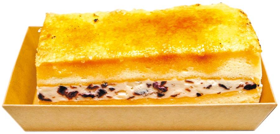 「脆糖莓果乳酪蛋糕」內餡夾心是使用法國KIRI乳酪搭配蘭姆莓果,品嘗時滑順入口,深受喜歡甜點的女性歡迎。(李忠一攝)