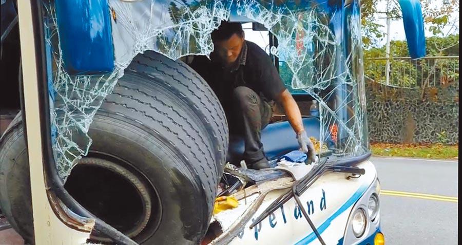 被砂石車輪胎擊中,遊覽車車頭鈑金凹陷、車燈、雨刷全被砸毀。(翻攝畫面/王志偉花蓮傳真)