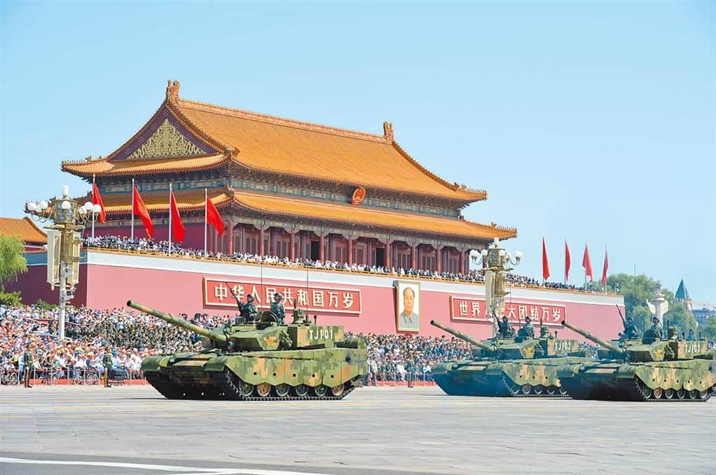 2015年中共國家主席習近平首次舉行大閱兵,圖為99A主戰坦克方隊受檢閱。(圖/中新社)
