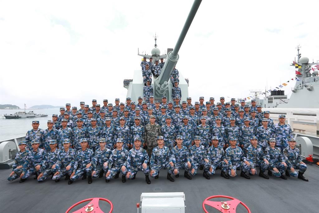 2018年4月12日習近平在三亞的南海海域進行海上閱兵後,與受閱部隊長沙艦官兵合影。(圖/新華社)