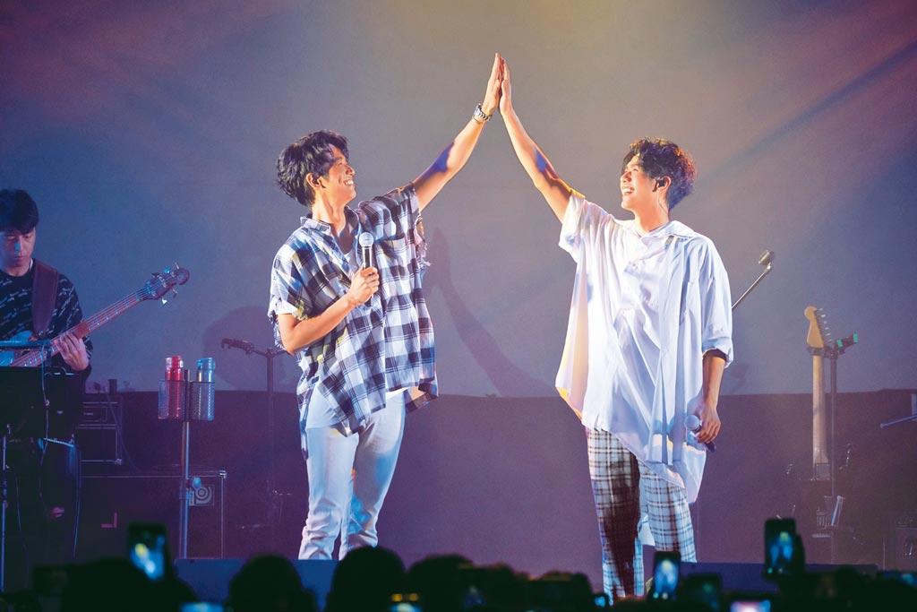 蔡旻佑(右)前天在台北華山Legacy開唱,邀劉以豪助陣。(何樂音樂提供)