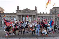 台灣精品創意跑隊征服柏林馬拉松 披LOGO斗篷行銷全世界
