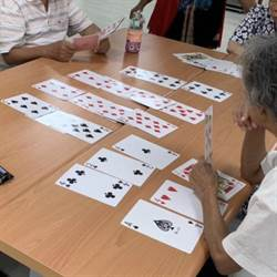 颱風天失智長輩無處去 撲克牌遊戲減緩失能