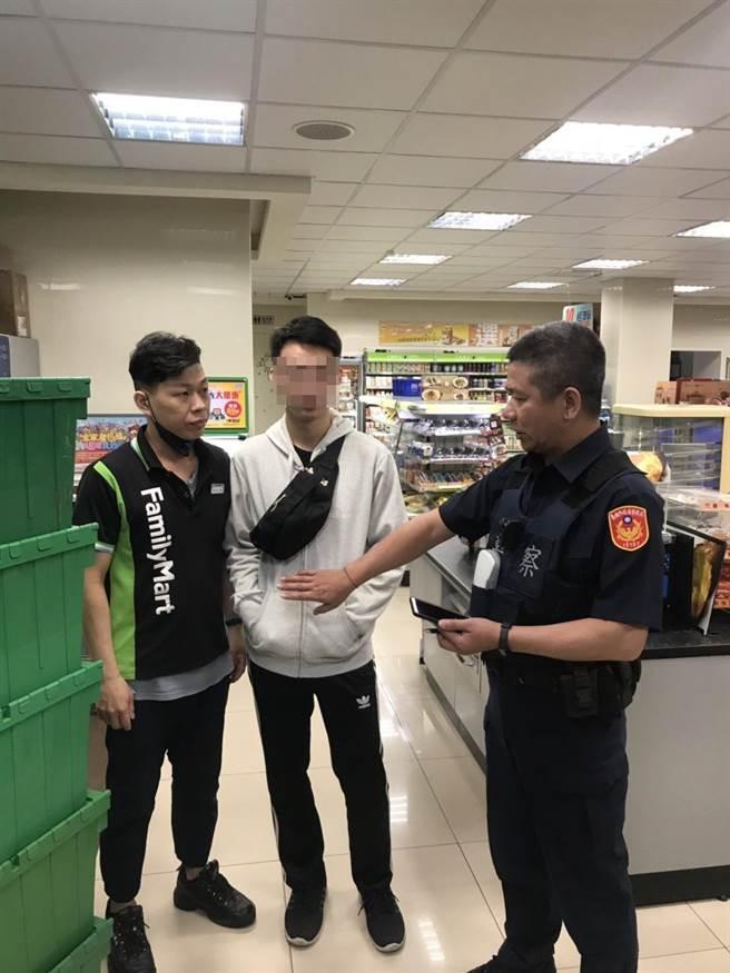 台南市警方及時在超商阻詐成功,挽救男大生存摺內的數萬元。(翻攝照片/程炳璋台南傳真)