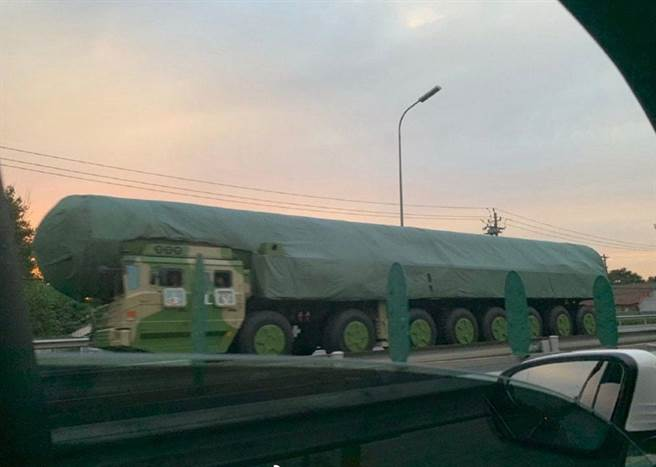 在這次北京大閱兵排練時被市民拍攝到可能是首次公開亮相的東風-41洲際彈道飛彈。(圖/新浪微博@林建楊_新聞)
