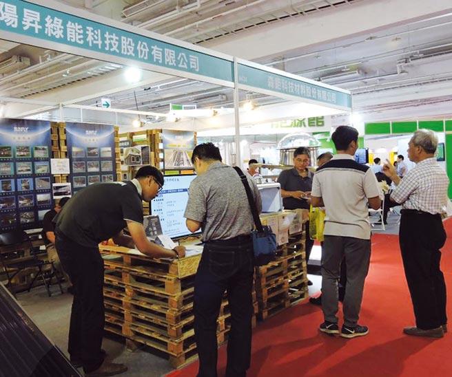 臺南生技綠能展,觀展者仔細詢問新科技產品。圖/陳惠珍
