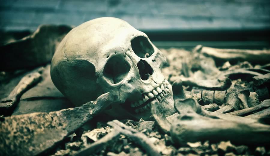挖出失蹤13年女屍 解剖驚詭異死亡時間(示意圖/達志影像)