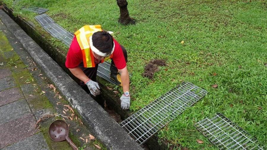 台北市政府工務局公園處為因應颱風來襲,加強水溝清疏避免排水溝堵塞。(台北市工務局提供)