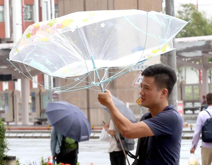 行人雨傘開花。(趙雙傑攝)