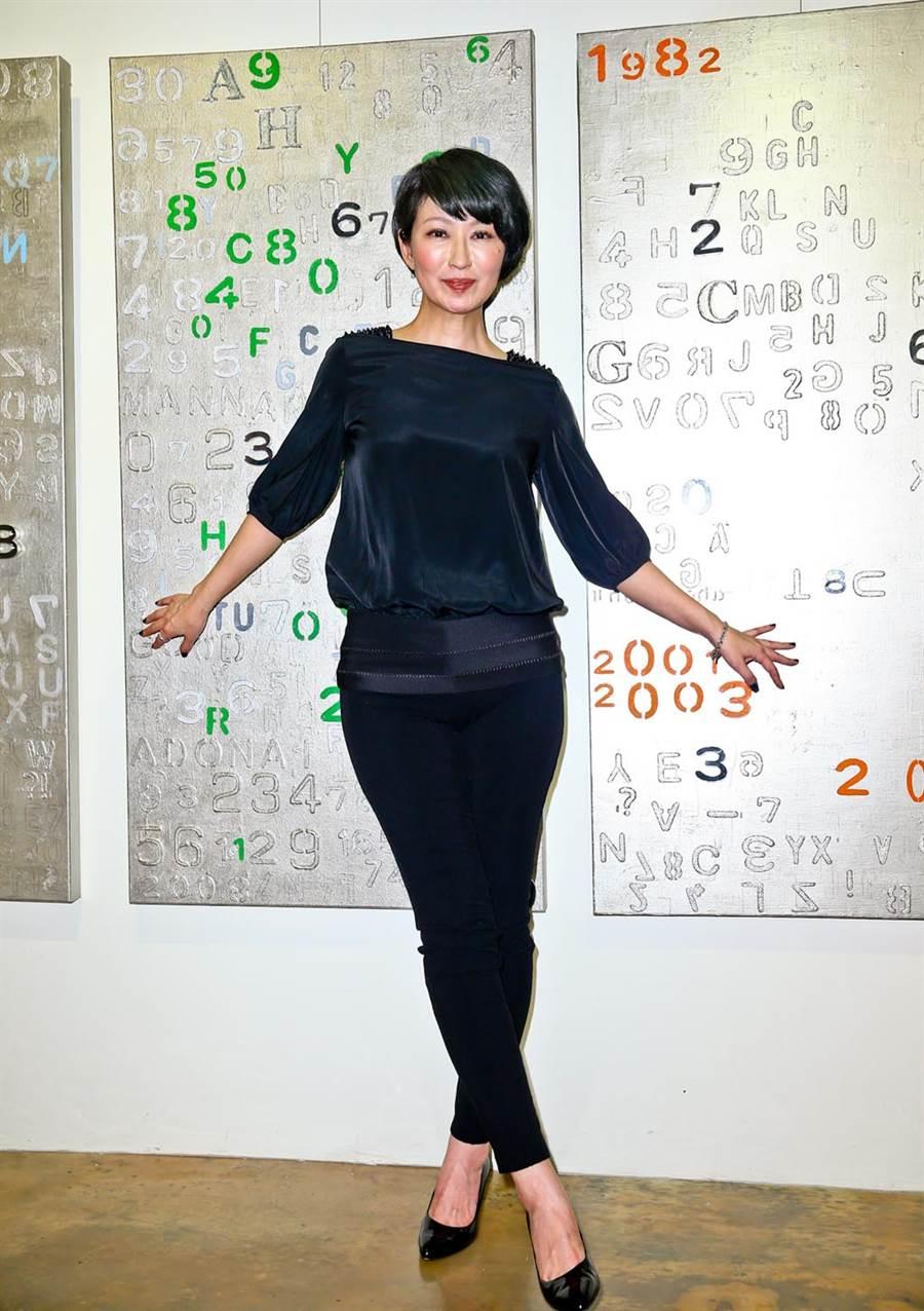 圖為楊林2013年6月畫展開幕,身後的數字畫一幅賣25萬。(林弘斌攝)