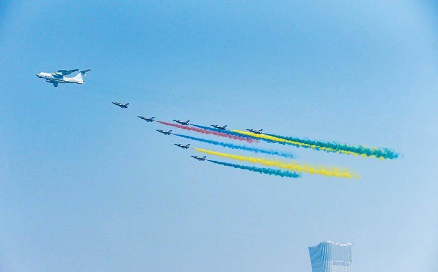 大陸民眾拍攝到北京「十一」大閱兵彩排的空警-500預警機與殲-20編隊飛行。(圖/新浪微博@航空物語)