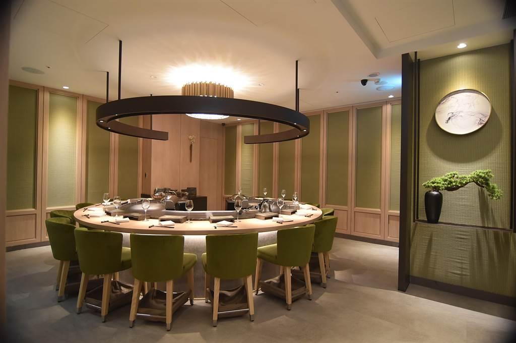 位在台北市信義區新光A9館的〈初魚鐵板燒〉有2個包廂式鐵板用餐區,一長形、一圓形。(圖/姚舜)