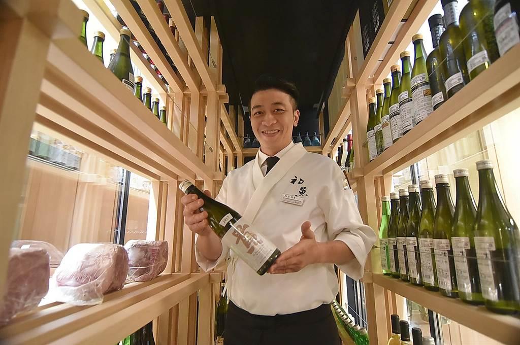 〈初魚鐵板燒〉信義新天地A9店面積雖不大,仍規畫有酒窖與侍酒師,提供以酒佐餐服務。(圖/姚舜)