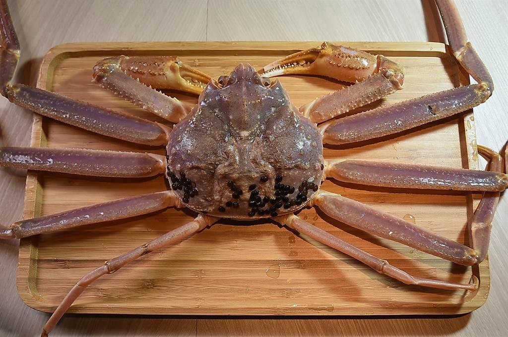 〈初魚鐵板燒〉信義新天地A9店的套餐13道菜+甜點,訂價1500元,可以吃到用松葉蟹肉作的料理,非常超值。(圖/姚舜)
