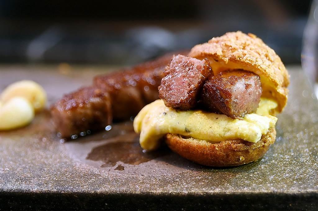 〈初魚鐵板燒〉信義新天地A9店的〈香煎德島和牛〉,可直接吃食,也可以搭配煎蛋填入泡芙內作餡,當「迷你頂級漢堡」享用。(圖/姚舜)
