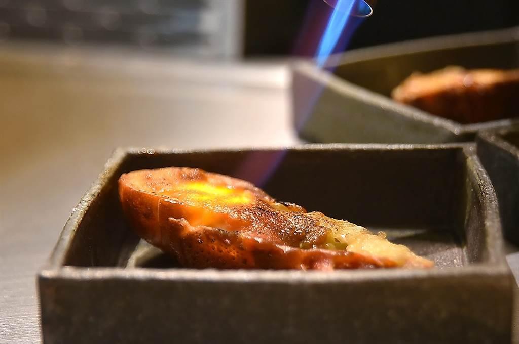 在〈初魚鐵板燒〉信義新天地A9店,青龍蝦是先在鐵板上蒸熟後舖上日本赤味 噌醬,再以噴槍炙燒。(圖/姚舜)