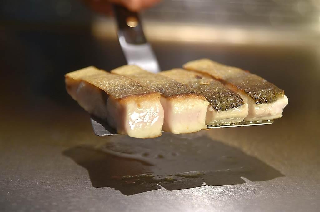 〈初魚鐵板燒〉信義新天地A9店1500元套餐中的魚料理,主攻油脂豐富的喜知次與紅喉。(圖/姚舜)