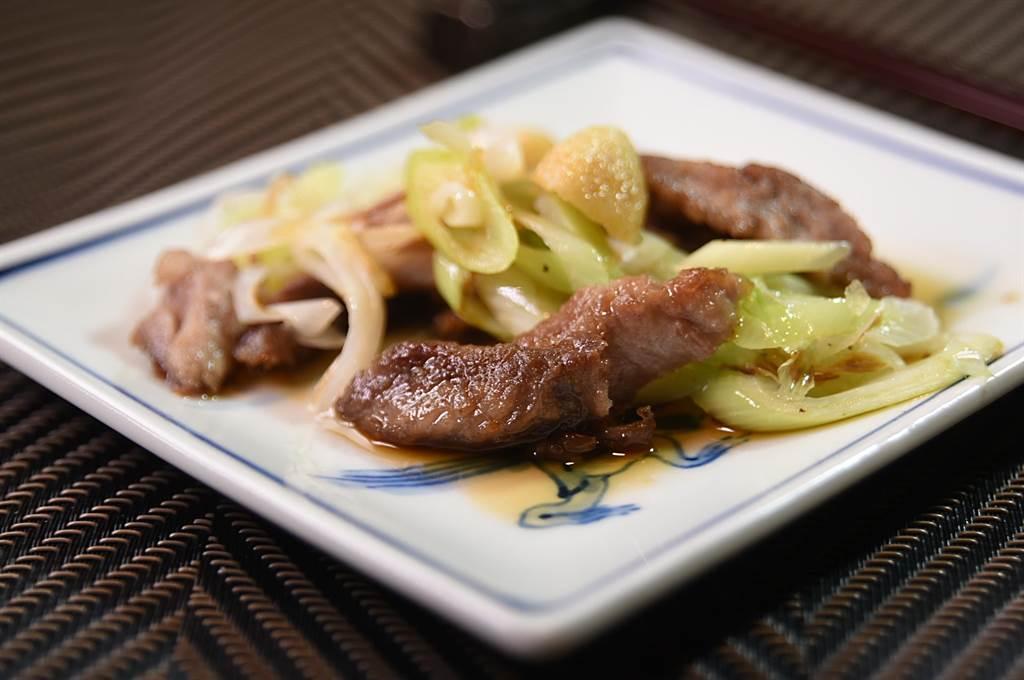 別小看這一盤炒菜,這是〈初魚鐵板燒〉新光A9店的〈鐵板炒伊比利豬肋條〉。(圖/姚舜)