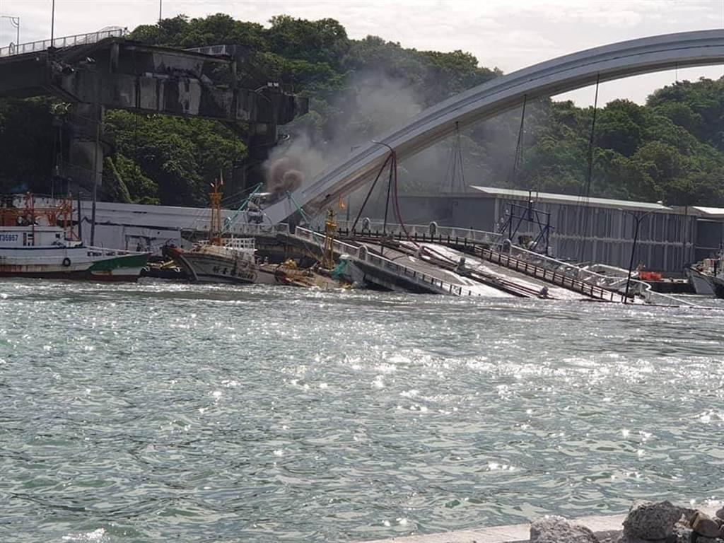 驚悚!宜蘭南方澳跨海大橋1日上午9時30分左右發生斷裂。(摘自爆廢公社二社)