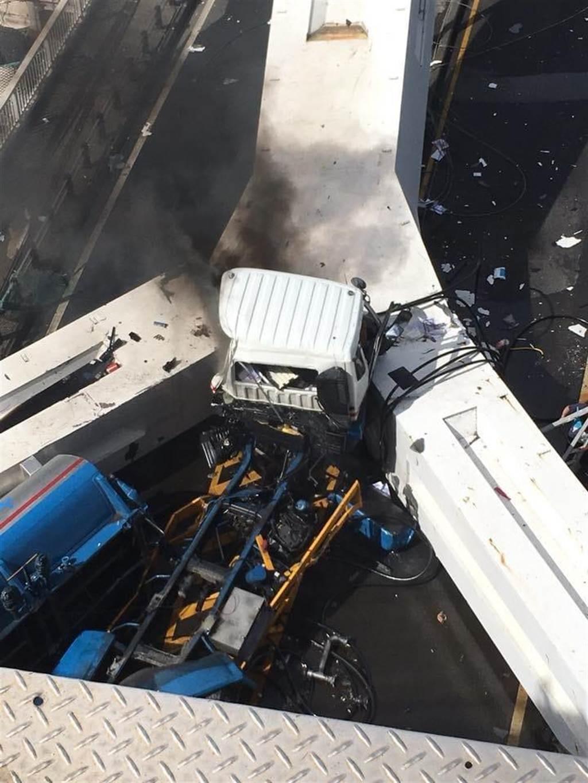 臉書《爆廢公社二社》有網友陸續PO出照片提供災情畫面,其中油罐車被大橋壓在底下的畫面怵目驚心。(摘自爆廢公社二社)