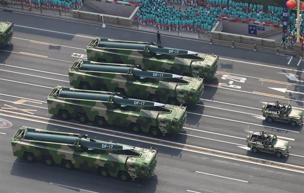 大陸首款高超音速彈道導彈東風-17,首次在建政70周年大閱兵中公開亮相。(圖/環球網)
