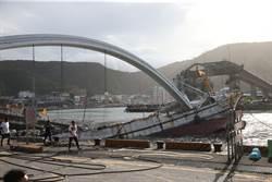 《現場目擊》海軍拖出1漁船
