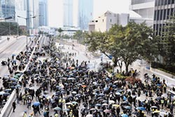 十一遊行被駁 港人仍串聯上街